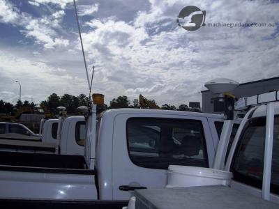 Vehicle-mounted satellite antennas acquire real-time positions.